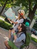 Toeristen die Stad bezienswaardigheden bezoeken Stock Afbeelding