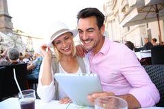Toeristen die tablet houden bij koffie in Rome stock foto's