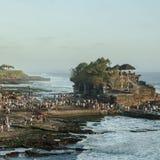 Toeristen die Tanah-Partijtempel bezoeken Stock Afbeeldingen