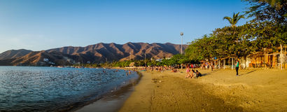 Toeristen die Tanganga-van strand in Santa Marta genieten Royalty-vrije Stock Afbeelding