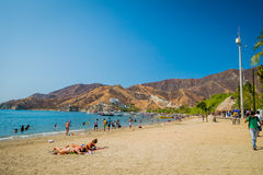 Toeristen die Tanganga-van strand in Santa Marta genieten Stock Afbeelding