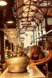 Toeristen die tapas in beroemd San Miguel Market, Madrid eten Stock Fotografie