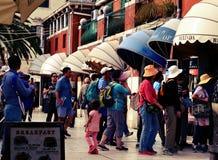 Toeristen die te kopen rij wachten Stock Foto's