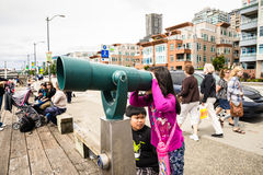 Toeristen die telescoop gebruiken Stock Foto's