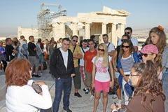 Toeristen die Tempel van Athena Nike in Akropolis bezienswaardigheden bezoeken Stock Afbeeldingen