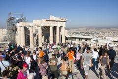 Toeristen die Tempel van Athena Nike in Athene bezienswaardigheden bezoeken Royalty-vrije Stock Afbeelding