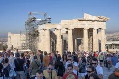 Toeristen die Tempel van Athena Nike in Griekenland bezienswaardigheden bezoeken Royalty-vrije Stock Foto