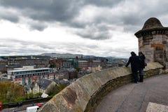 Toeristen die toneelmening van de Stad van Edinburgh van de Promenade voor Gatehouse, het Kasteel van Edinburgh, Schotland, het U stock afbeelding