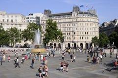 Toeristen die trafalgar vierkant Londen het UK bezoeken Stock Foto's