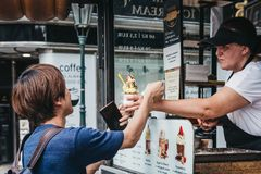 Toeristen die Trdelnik in Praag, Tsjechische Republiek kopen stock afbeelding