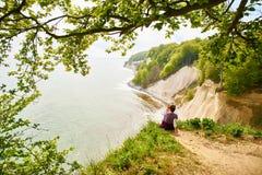 Toeristen die uit aan overzees in het Nationale Park van Jasmund kijken stock foto