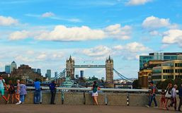 Toeristen die van de mening van de Brug Engeland genieten van Londen royalty-vrije stock afbeelding