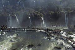 Toeristen die van de mening van Iguazu-Dalingen genieten royalty-vrije stock afbeeldingen
