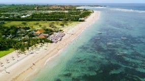 Toeristen die van een vakantie genieten bij het strand van Nusa Dua Stock Afbeelding