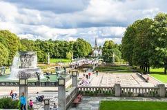 Toeristen die van het beroemde Frogner-Park in Oslo genieten stock afbeelding
