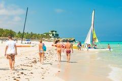 Toeristen die van het strand genieten in Varadero in Cuba Stock Afbeelding