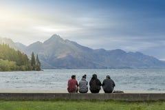 Toeristen die van spectaculaire mening van Meer Wakatipu genieten in Queenstown lakefront, Nieuw Zeeland Royalty-vrije Stock Foto