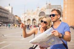 Toeristen die in Venetië richtingen zoeken stock foto's