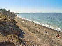 Toeristen die Vlichada-van strand op het Eiland Santorini genieten Stock Fotografie