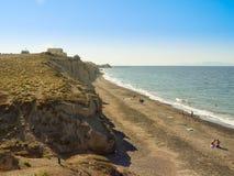 Toeristen die Vlichada-van strand op het Eiland Santorini genieten Royalty-vrije Stock Fotografie