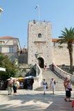 Toeristen die voor het kasteel in Korcula lopen Stock Foto