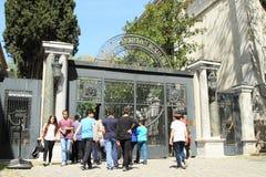 Toeristen die voor ingang aan museum in Istanboel wachten royalty-vrije stock foto