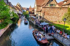 Toeristen die water van rondvaarten in Lauch-rivier in Colmar, Frankrijk, Europa genieten royalty-vrije stock foto's