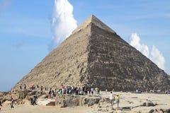 Toeristen die zich bij Giza-Piramide verzamelen stock afbeelding