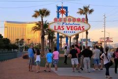 Toeristen die zich door Onthaal aan het Fabelachtige teken van Las Vegas, Nevada bevinden Stock Afbeeldingen