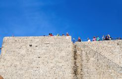 Toeristen die zich op de oude muren van de stad van DUrovnik, Dalmatië, Kroatië bevinden stock fotografie