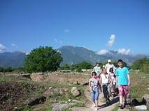 Toeristen in Dion, Griekenland stock fotografie