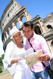 Toeristen door Coliseum royalty-vrije stock foto's