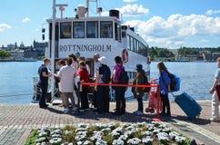 Toeristen door een sightseeingsboot in Stockholm Stock Afbeeldingen