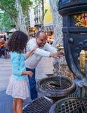 Toeristen drinkwater van de Canaletas-fontein Stock Afbeeldingen
