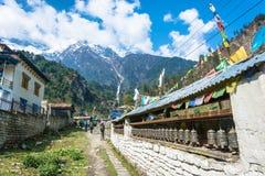 Toeristen in een bergdorp op het spoor rond Annapurna, Ne royalty-vrije stock foto