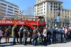Toeristen een reisbus aan Plein Catalunya in Barcelona, Spanje. Royalty-vrije Stock Afbeeldingen