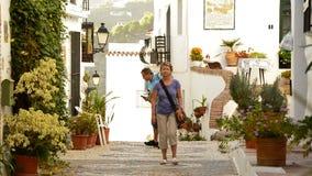 Toeristen in een typische straat van Andalusia stock video
