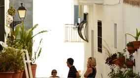 Toeristen in een typische straat van Andalusia stock videobeelden