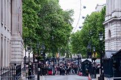 Toeristen en bezoekers buiten 10 Downing Street in Londen Stock Afbeelding