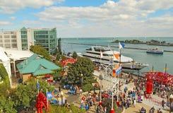 Toeristen en boten bij Marinepijler in Chicago, Illinois Stock Afbeeldingen