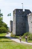 De stadsmuur Visby van toeristen en van fietsers Stock Afbeelding