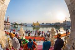 Toeristen en gelovige die binnen de Gouden Tempel complex bij Amritsar, Punjab, India, het heiligste pictogram en de verering lop royalty-vrije stock afbeeldingen