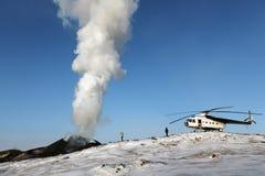 Toeristen en helikopter dichtbij de losbarstende Tolbachik-Vulkaan kamchatka Stock Foto's