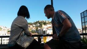 Toeristen en het kasteel van Lissabon stock foto's