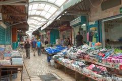 Toeristen en klanten die door de Turkse bazaar van de Acre lopen Stock Fotografie