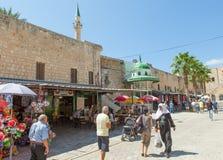 Toeristen en klanten die door de Turkse bazaar van de Acre lopen Stock Afbeeldingen