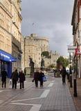 Toeristen en Klanten door Windsor Castle in Engeland Stock Afbeeldingen
