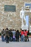 Toeristen en kunst in Florence, Italië stock afbeeldingen