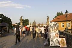 Toeristen en kunstenaars op de Charles-brug Stock Fotografie