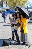Toeristen en Parasols stock afbeeldingen
